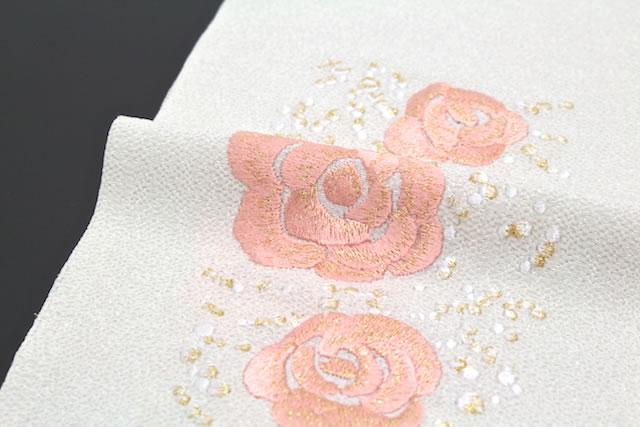 襟元を華やかに彩る豪華なブランド刺繍入り半衿