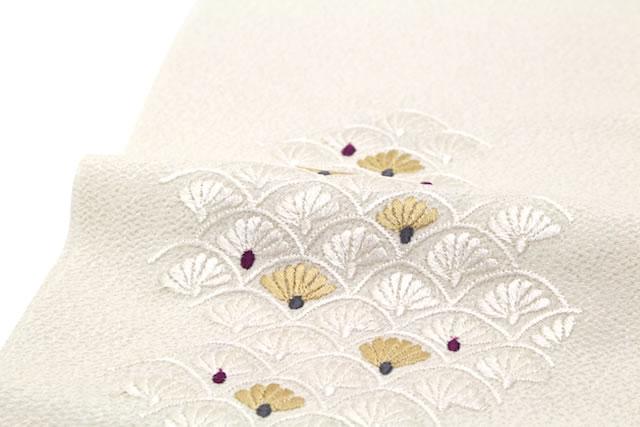 美しい刺繍の白い半衿