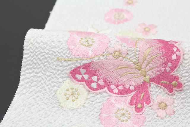 襟元を華やかに彩る豪華な刺繍入り半衿