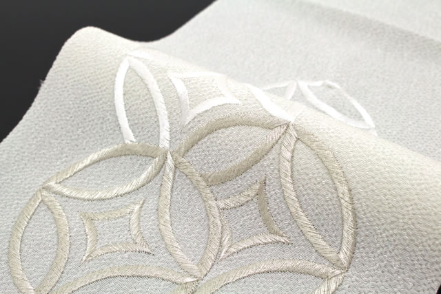 日本製の上品な刺繍半衿