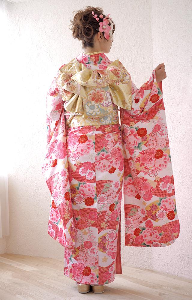 桜や牡丹、藤の花が描かれている振袖
