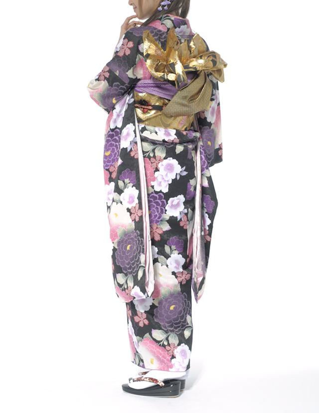 菊や牡丹や桜の花々が描かれている振袖