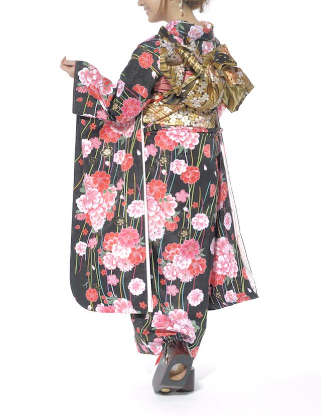 菊や千重桜の花々が描かれている振袖