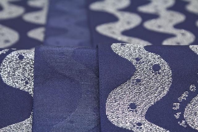 紺青色の帯地にゴールドのウエーブがデザインの半幅帯