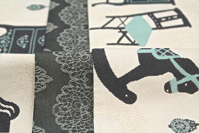 ヨーロピアンな木馬や家具を刺繍がされている半幅帯