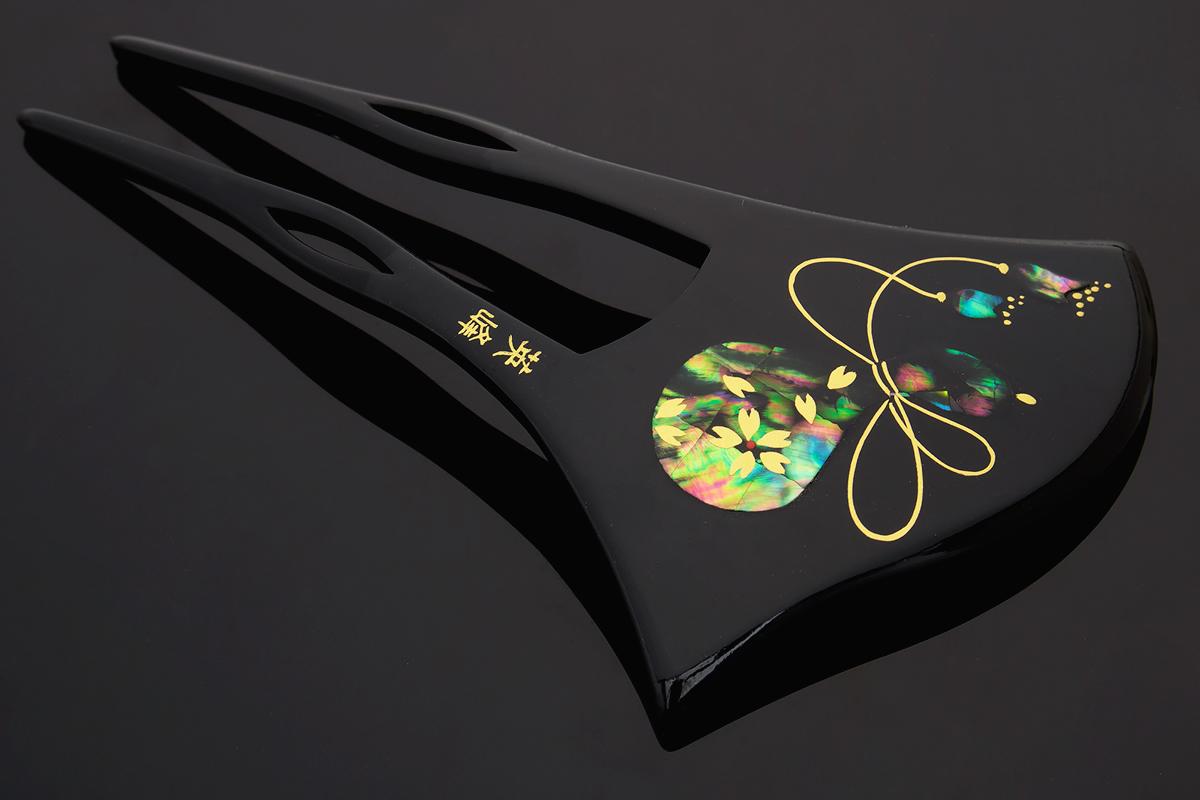 気品溢れる洗練されたデザインのバチ型簪