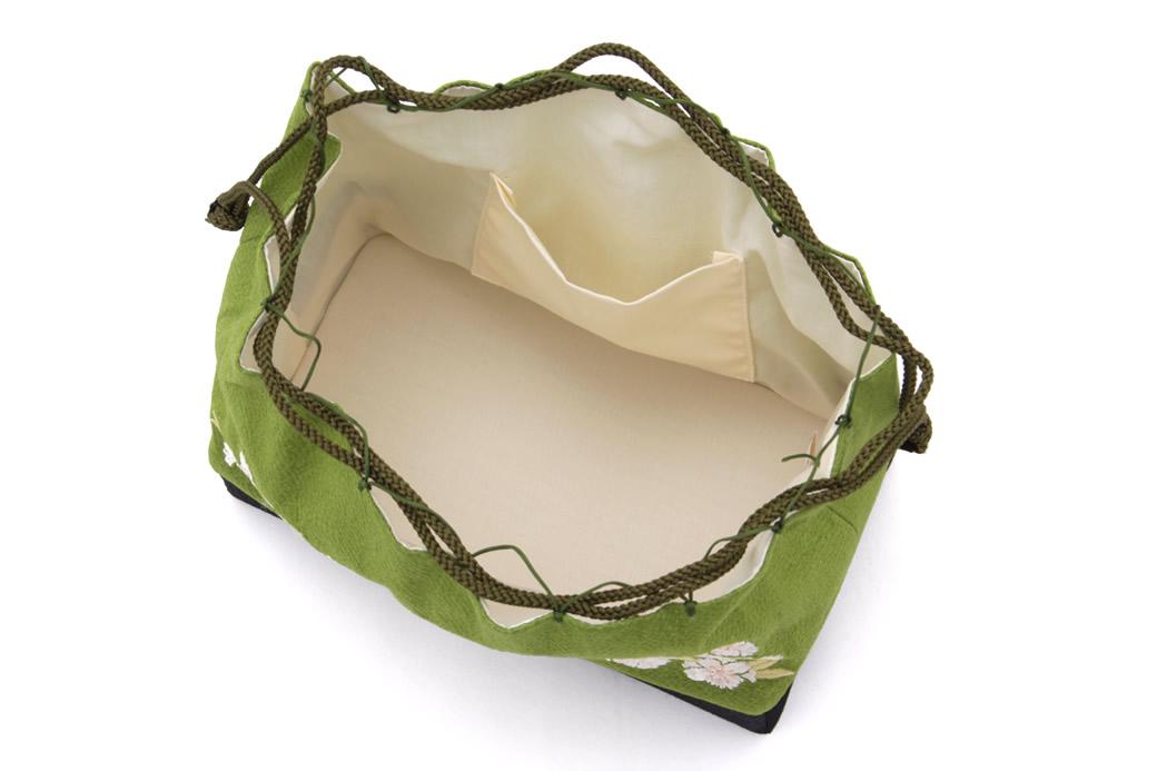 マチが広くて使いやすい巾着バッグ