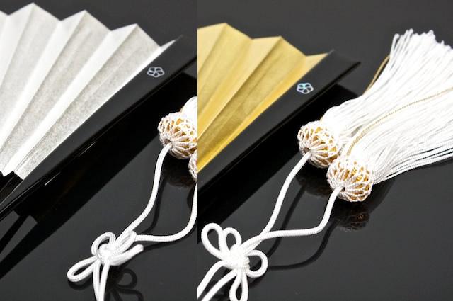 金・銀色の2タイプの扇子(せんす)