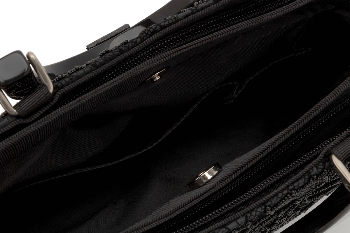 ポケット付きで小物の収納も安心のブラックバッグ
